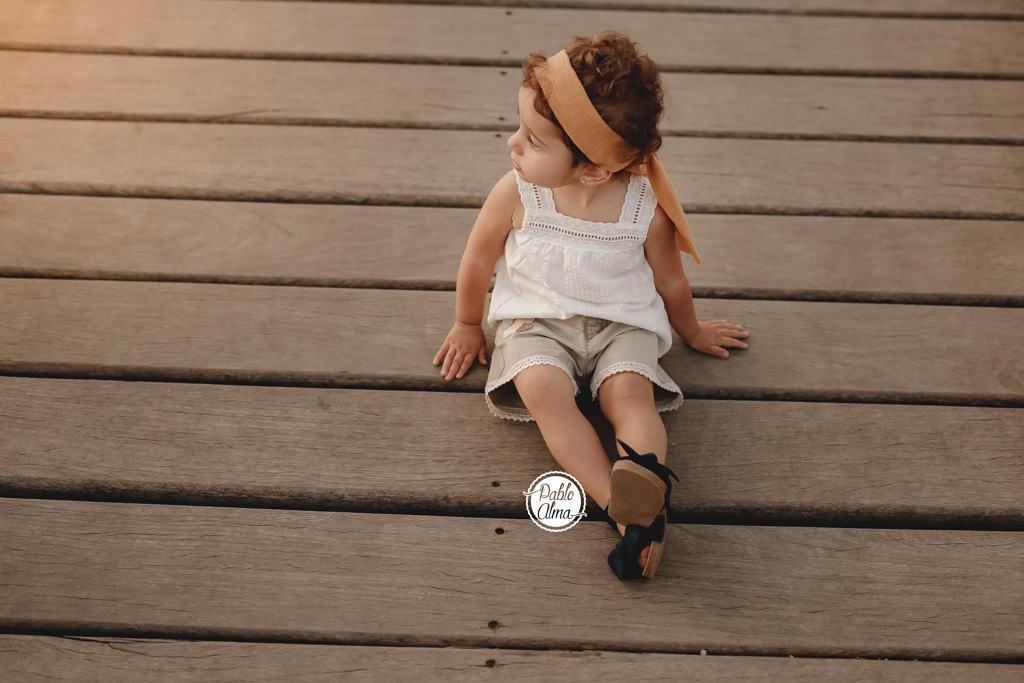 Foto de Bebé de 2 años al atardecer