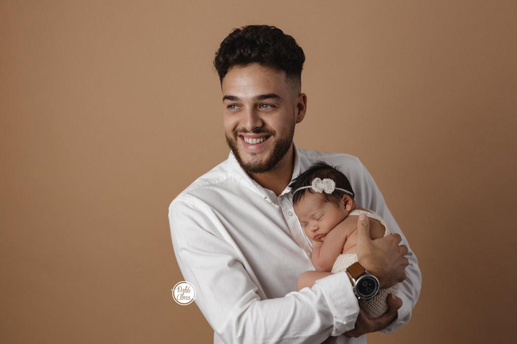 Bebé recién nacida y su papá