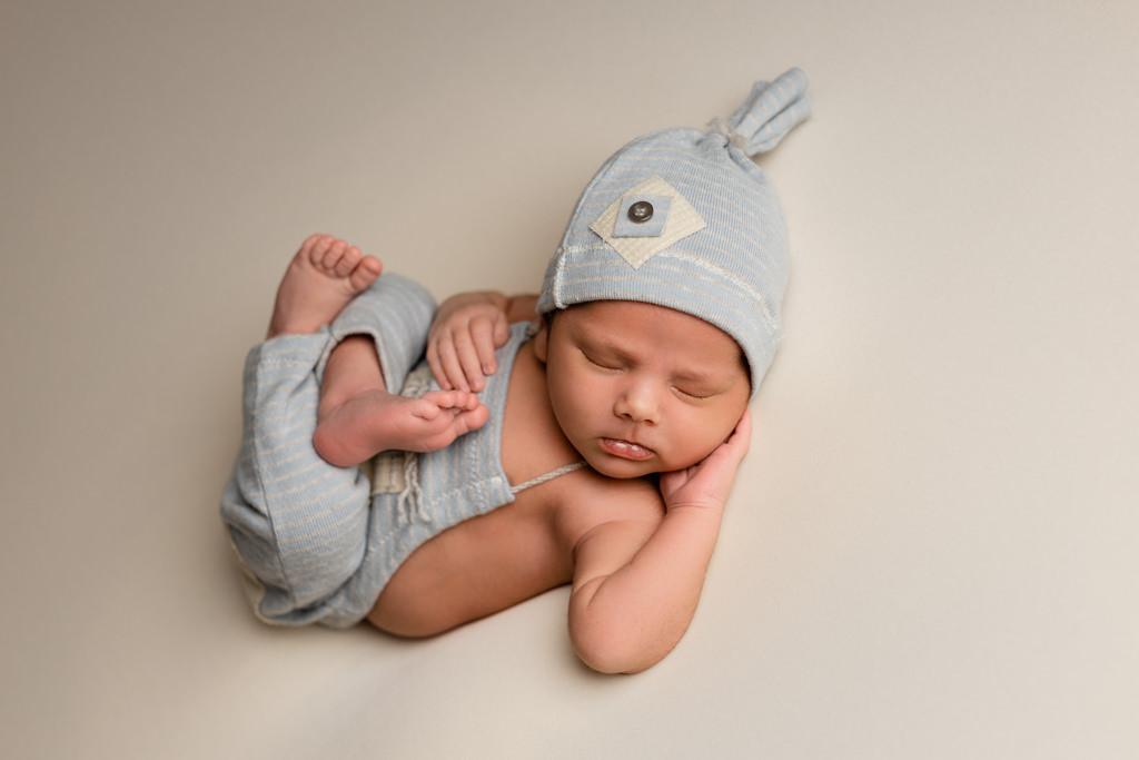 Foto de bebé recién nacido en puf