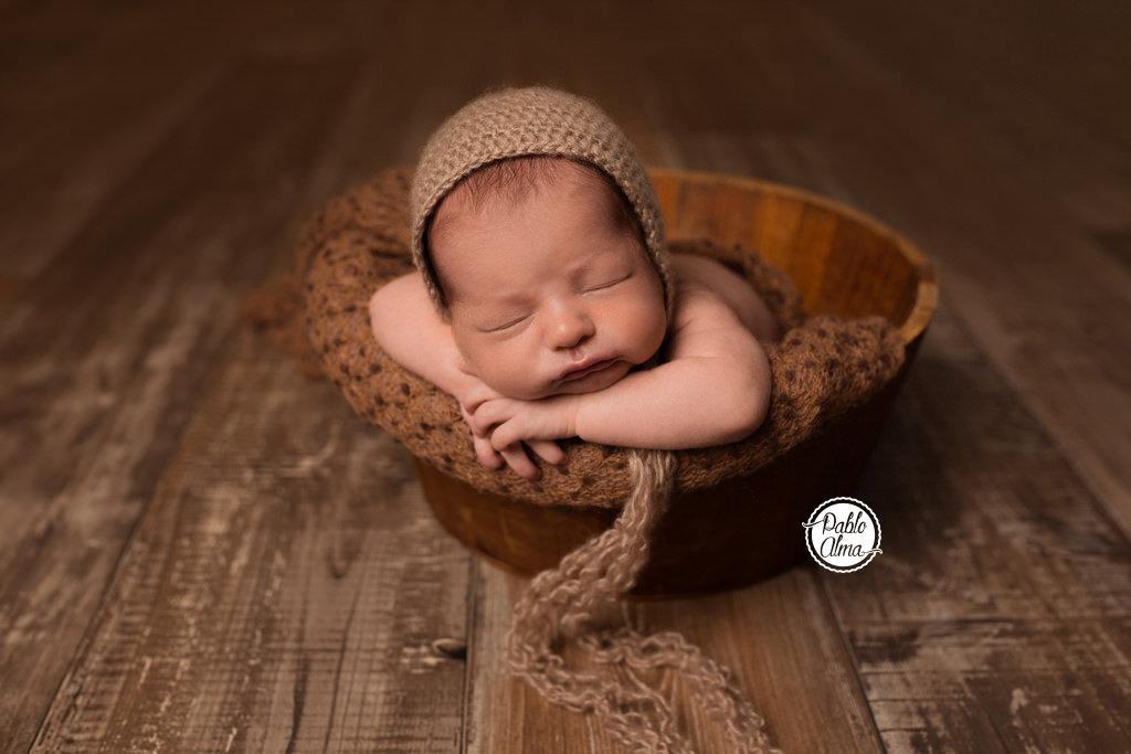 Bebé recién nacido en un cubito