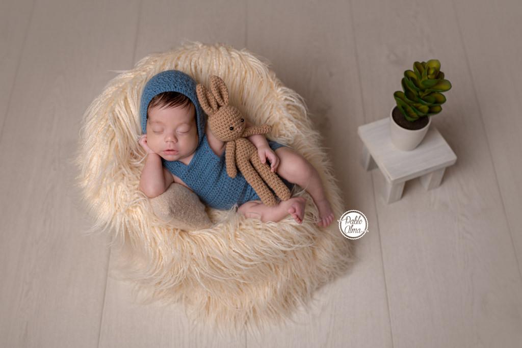 Recién Nacido agustito en mini sillón dormido