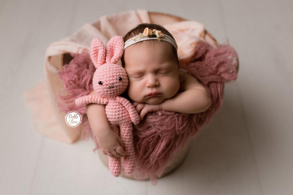 Foto de Bebé recién nacida en cubito boca abajo