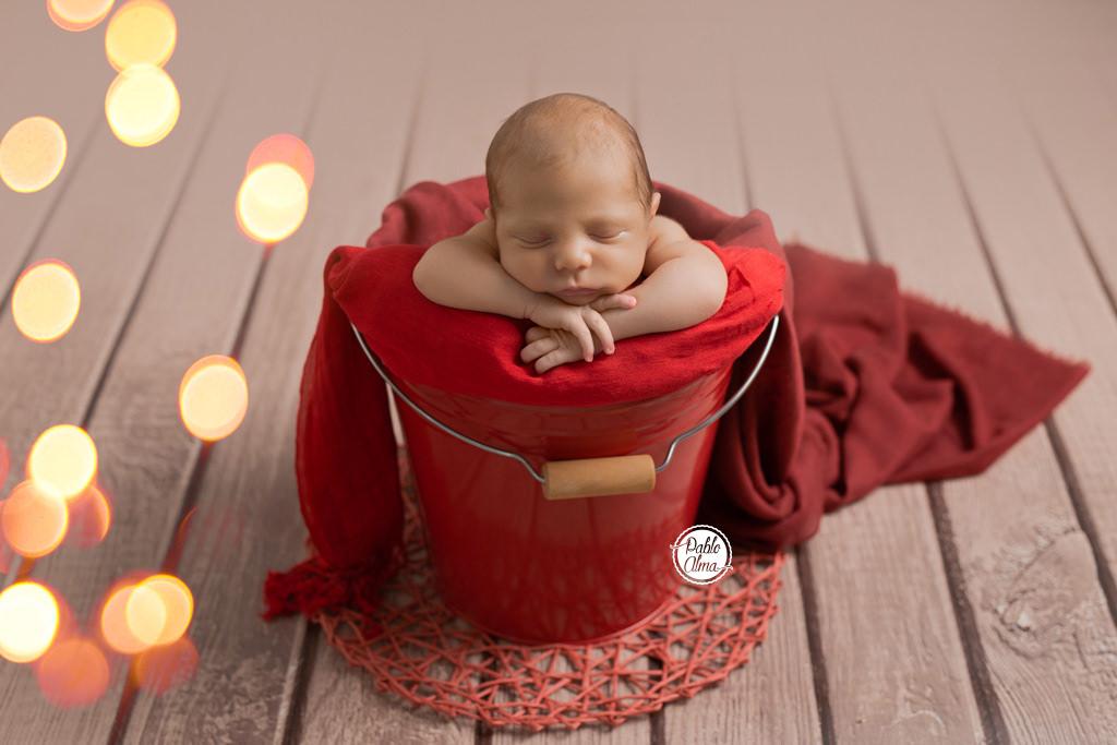 Foto de recién nacido en cubito - Navidad