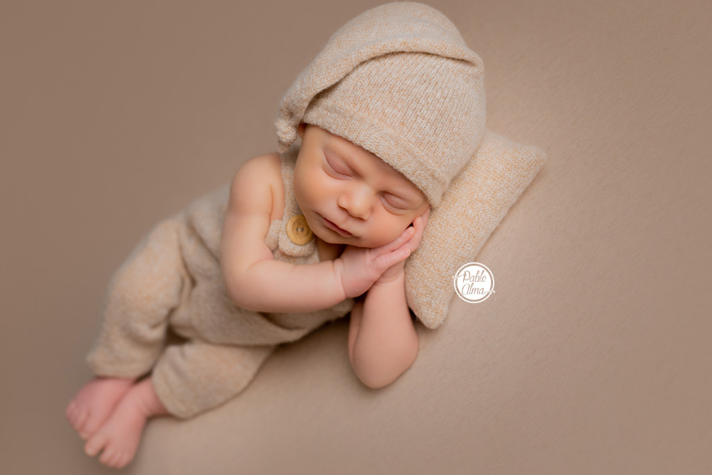 Foto de Bebé Recién Nacido con gorrito