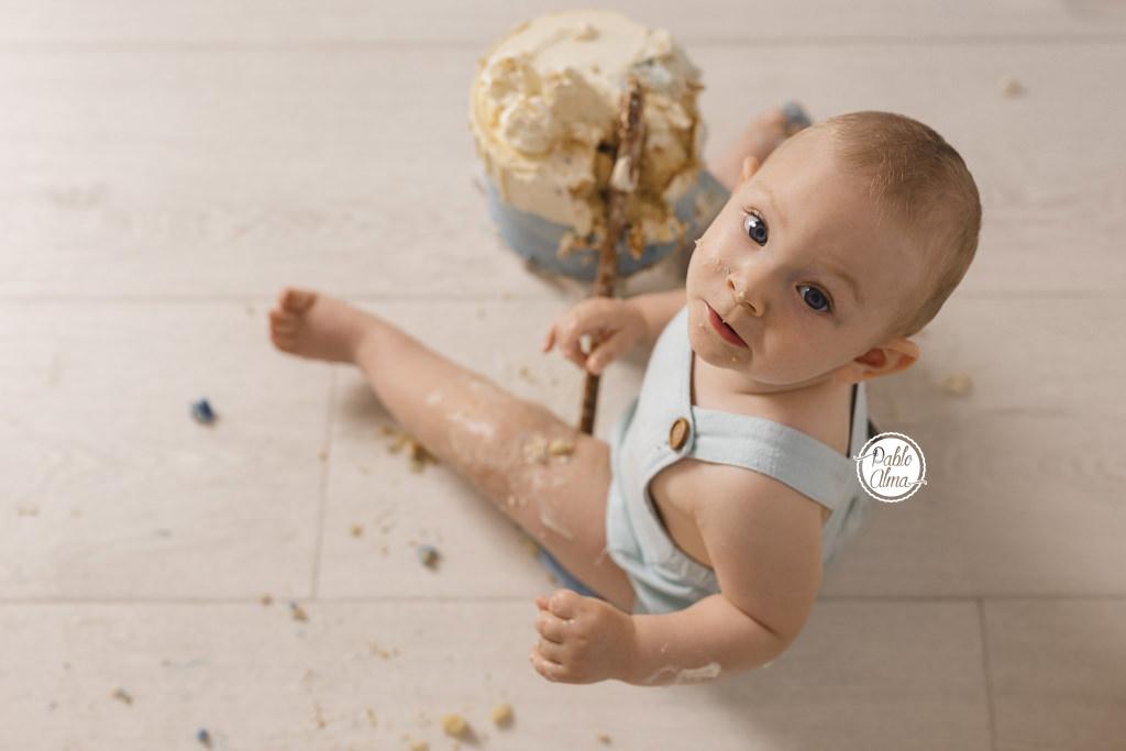 Foto de Bebé jugando con Tarta 2 - Sesión de cumpleaños Smash Cake