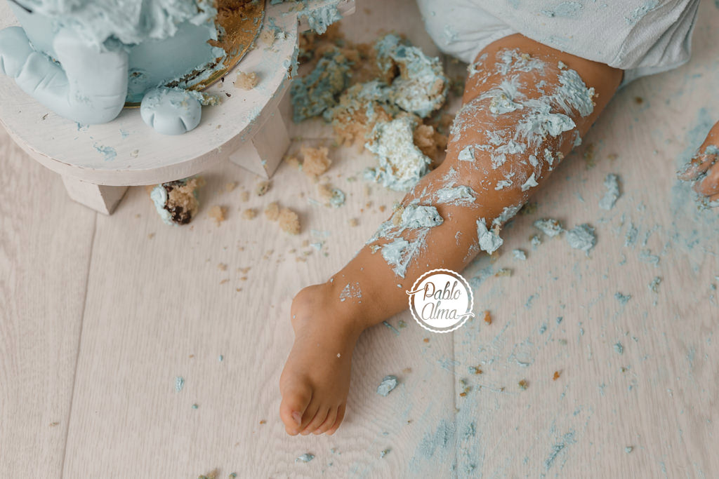 Bebé manchado de tarta - Sesión de cumpleaños Smash Cake
