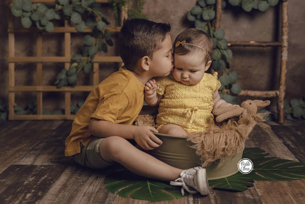 Bebé niña y su hermanito