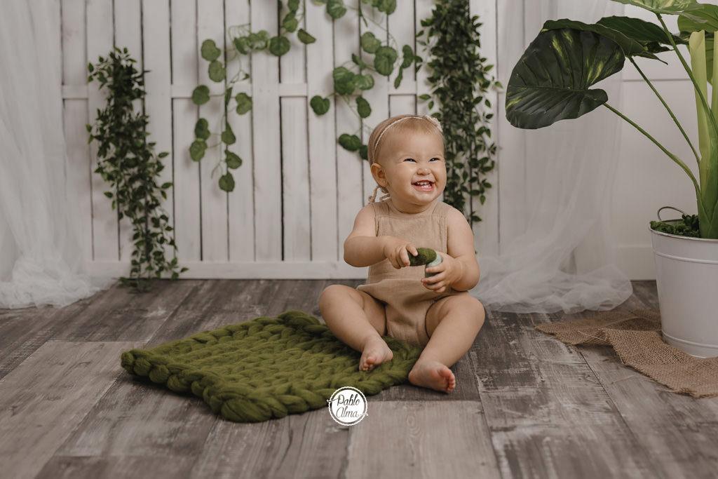 Bebé con cara de pillina