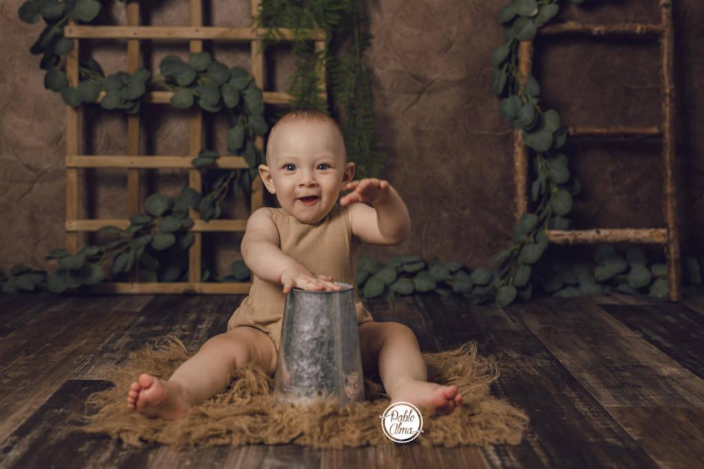 Bebé tocando el tambor