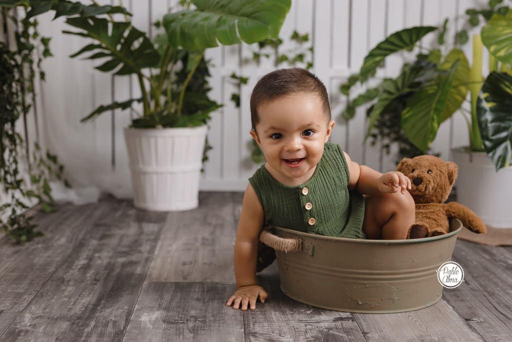 Bebés, risas y osito de peluche