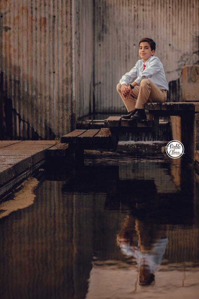 Foto de Comunión de Niño - Reflejo en Agua