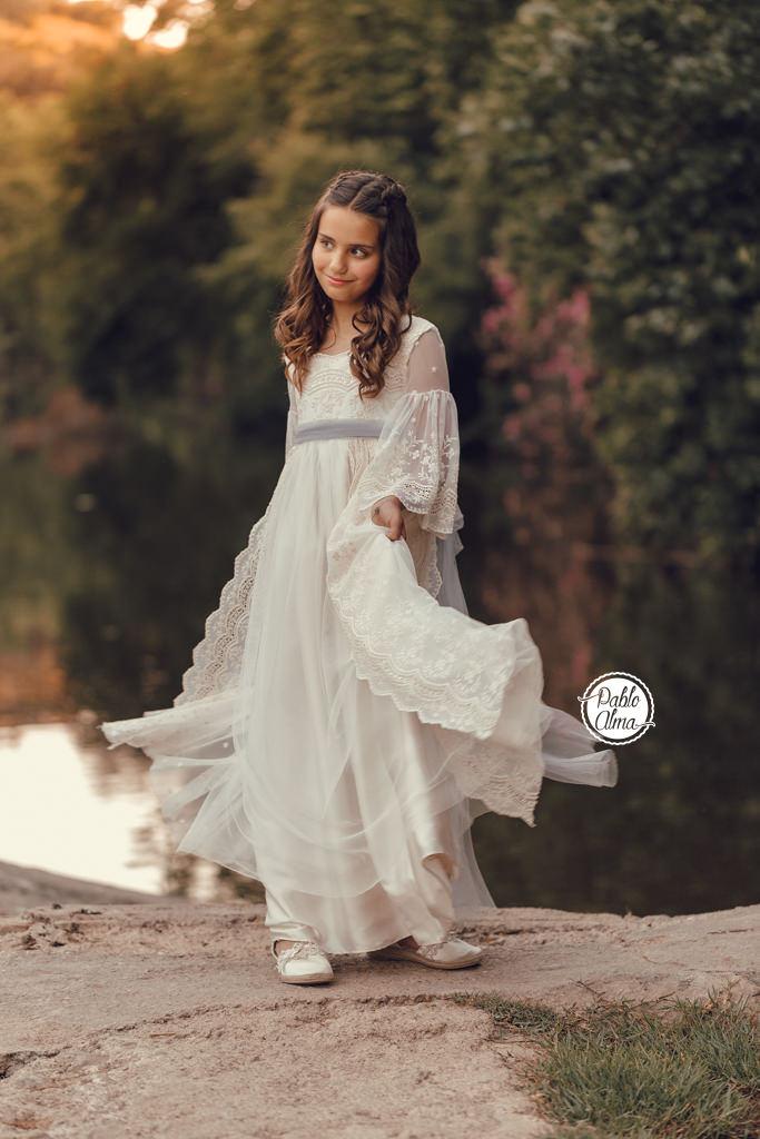 Foto de Niña con Vestido de Comunión Moderno y Original