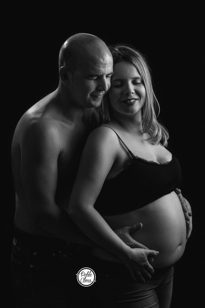 Sesión de Fotos de Embarazo en Exterior al Atardecer