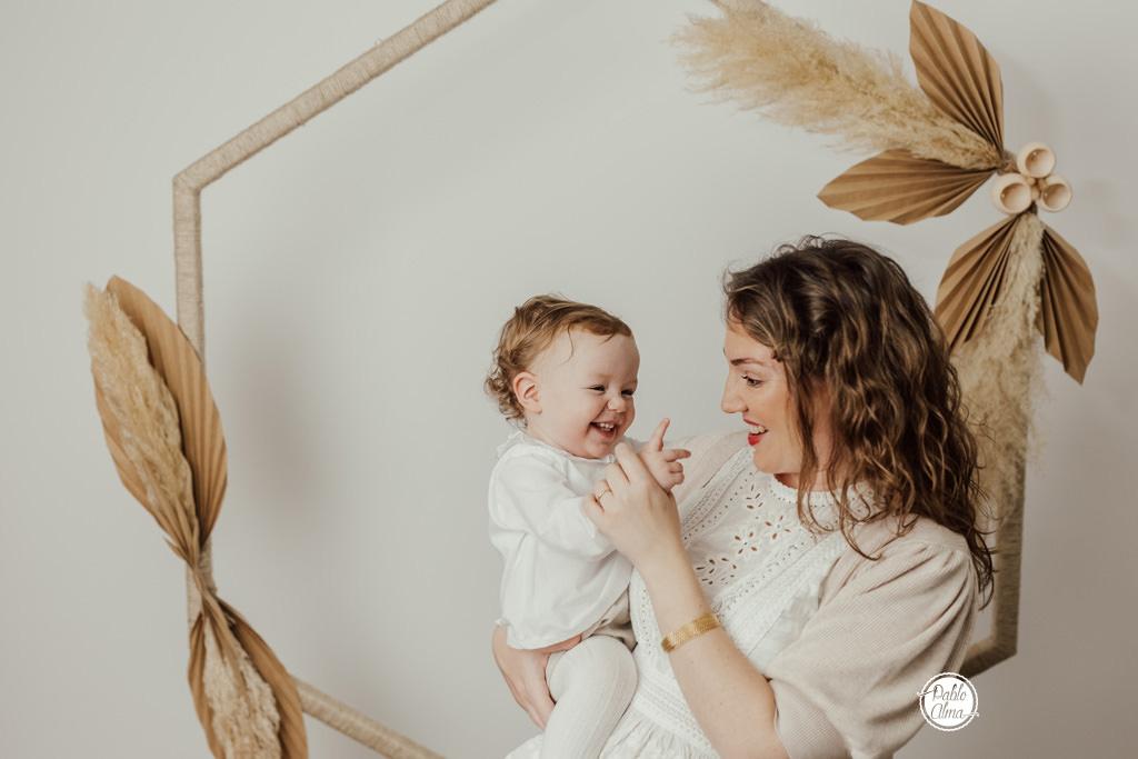 Foto de Embarazada con Bebé en Estudio - Sevilla