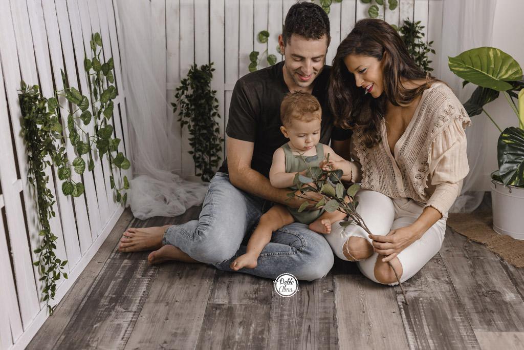 Foto de Bebé con Familia en Estudio