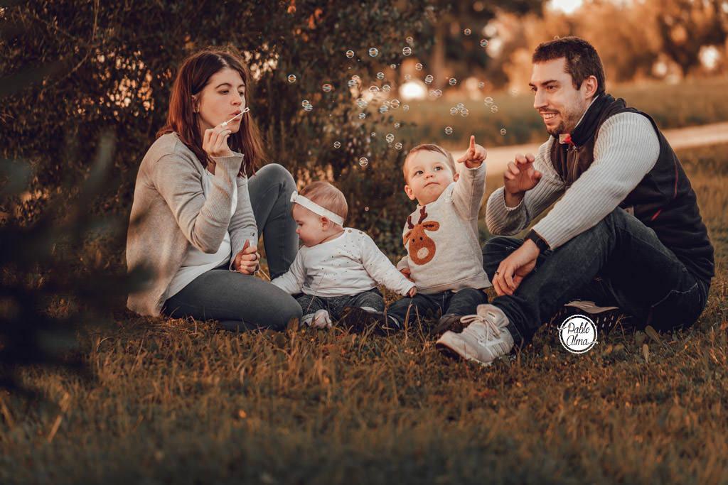 Foto de Familia Divertida - Haciendo Pompas de Jabón