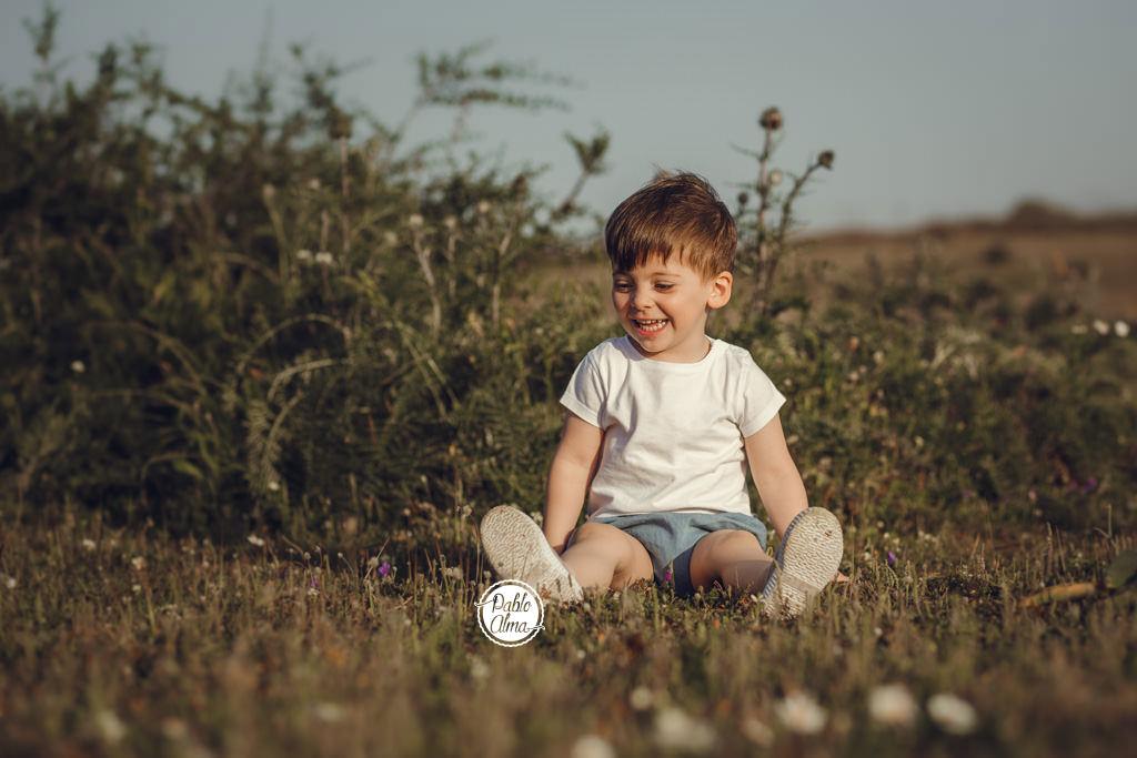 Foto de niño sonriendo en el campo