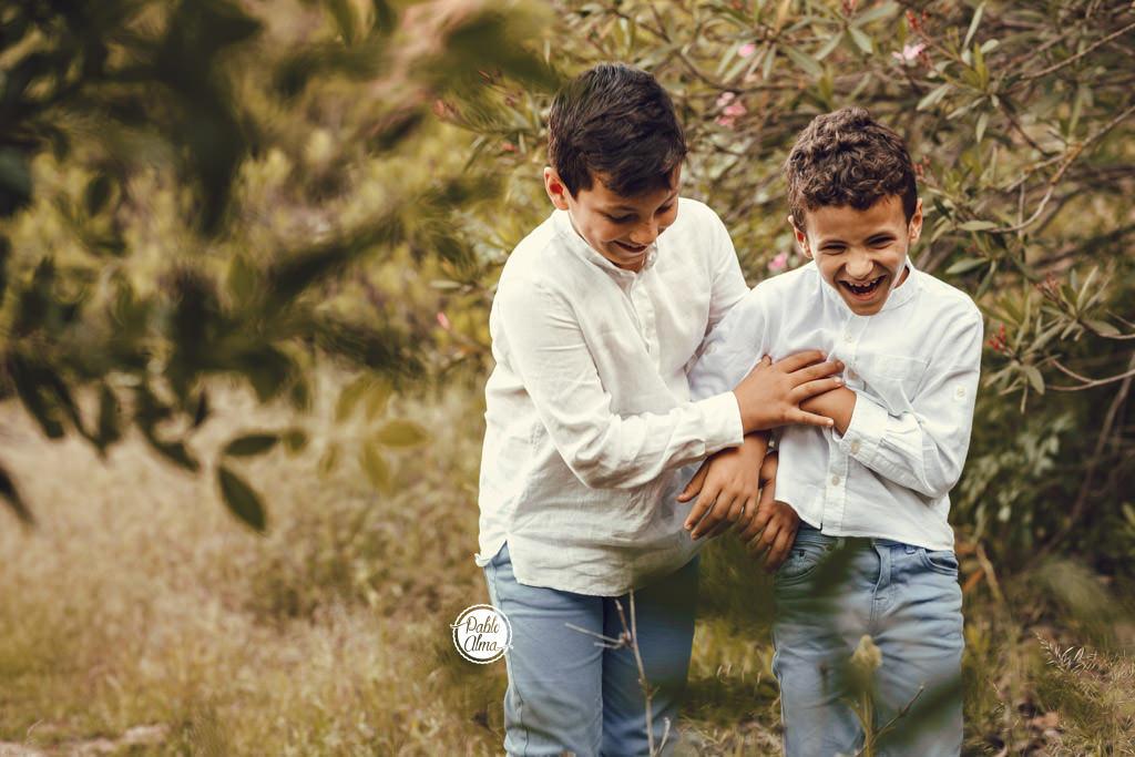 Foto de Hermanos haciéndose cosquillas - Foto de Familia Divertida