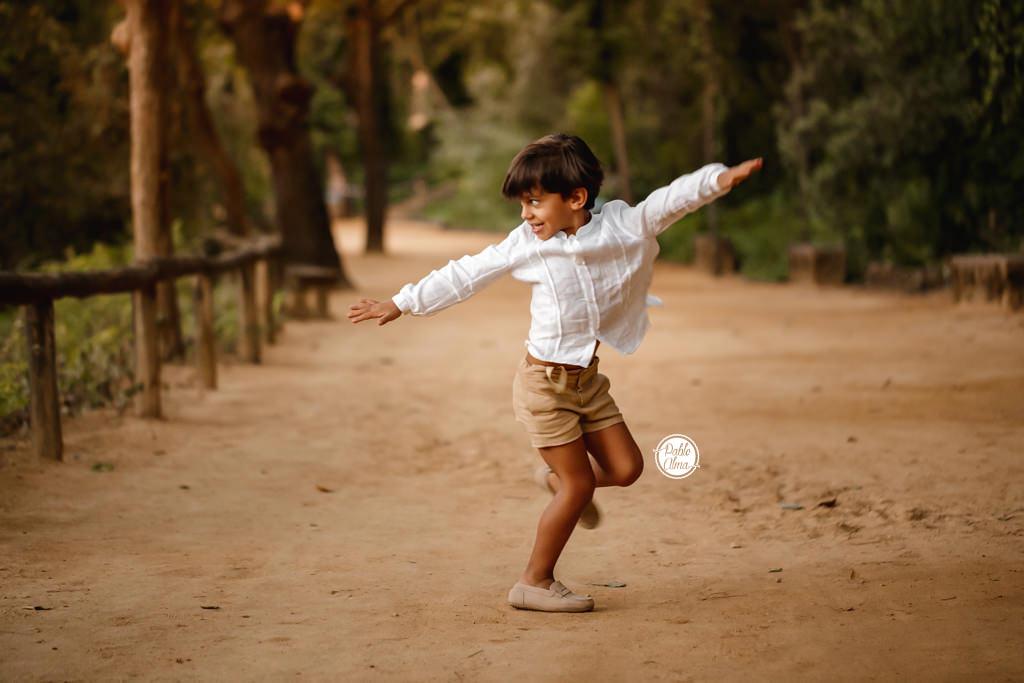 Fotos de niño divertida dando vueltas
