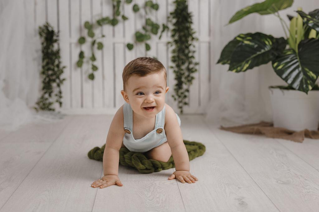 Foto de bebé en estudio gateando