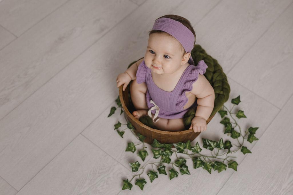 Foto de bebé de 6 a 10 meses en estudio - Niña sonriendo