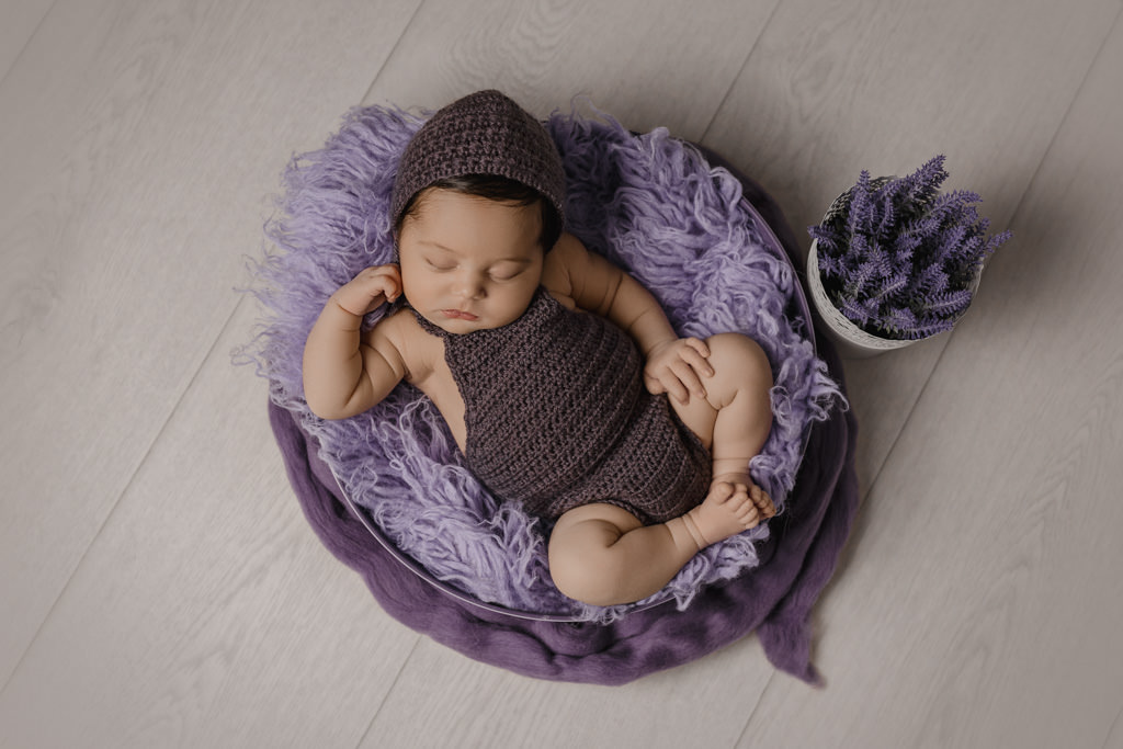 Foto de niña Recién Nacida en Tonos Morados