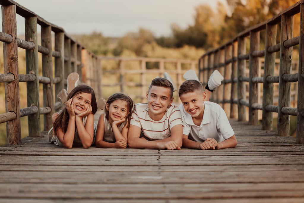 Fotos de niños y niñas en exterior al atardecer